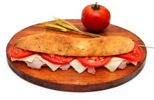 Veliki-pizza-sendvic-sa-pecenicom-
